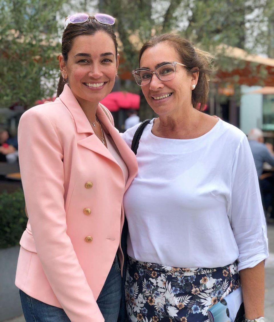 """Jana Ina Zarrella braucht sich keine Gedanken über das Älterwerden machen: Ihre Mama Rita Vizeu (64 Jahre)sieht einfach großartig aus. Unter den Post schreibt die Ehefrau von Giovanni Zarrella: """"Bestätigt Schaut mal, wer da ist!"""" und schickt dazu ein Herz-Emoji. Was für ein tolles Mutter-Tochter-Duo."""