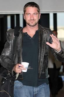 """Gerard Butler war 2008 durch seinen Filmerfolg """"P.S. I love you""""auf dem Höhepunkt seiner Karriere.Hier sendet uns der Frauenschwarmmitseinem unverkennbaren Lächeln einen süßen Gruß."""