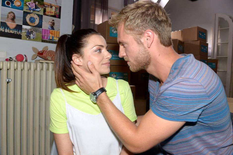 """""""Gute Zeiten, schlechte Zeiten"""": Emily (Anne Menden) und Paul (Niklas Osterloh)"""