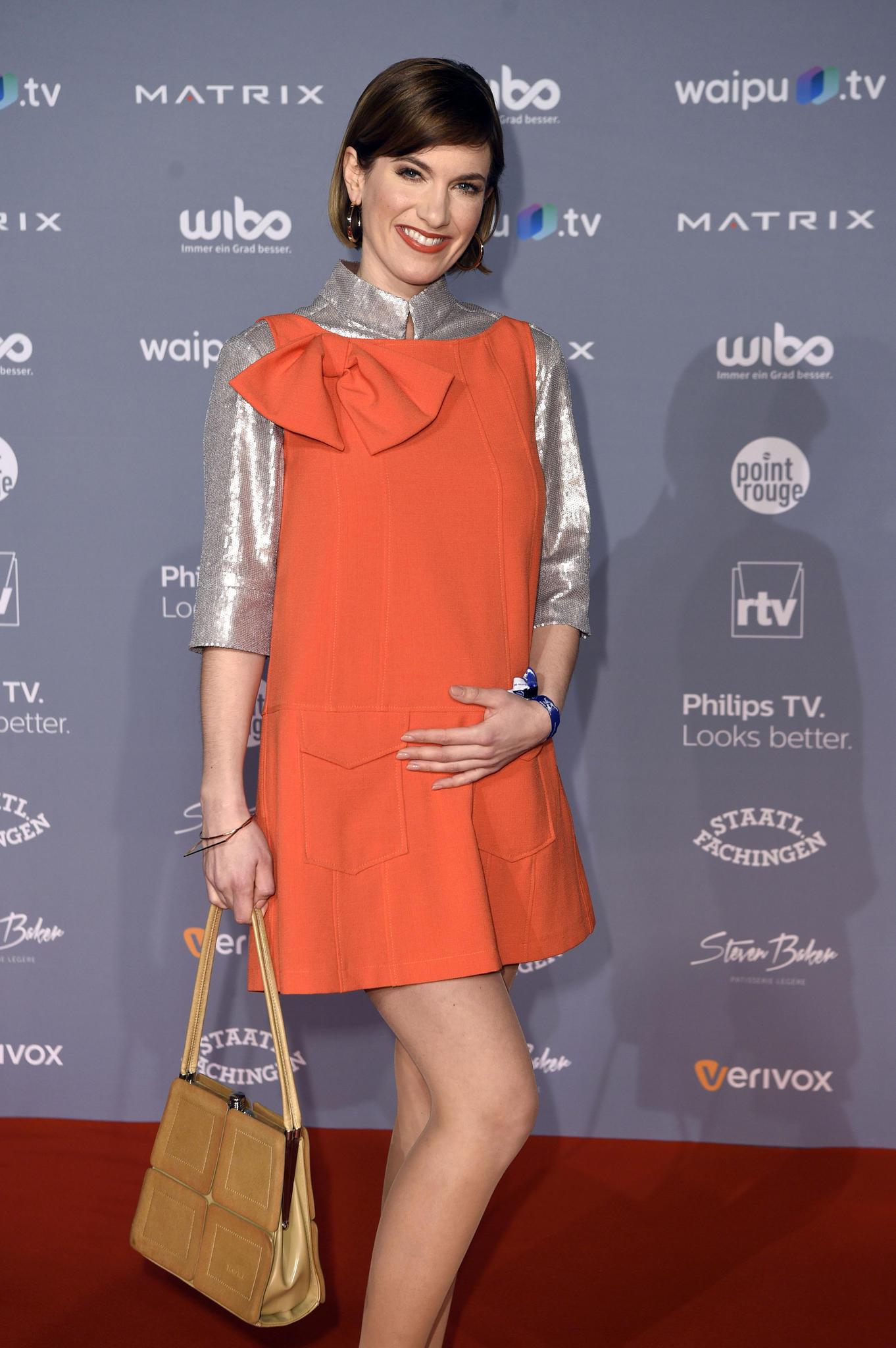 Promi-News: Isabell Horn vor iner Fotowand