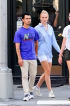 """Einen Tag nach Joe Jonas' 30. Geburtstag zeigt sich der Musiker mit seiner Ehefrau Sophie Turner leger und sportlich in New York. Die 23-Jährige trägt einehellblaueRadlershorts – dem Sommertrend schlechthin – und farblich abgestimmterOversized-Bluse. Auch der """"Jonas Brothers""""-Sänger hält sein Outfit sportlich."""