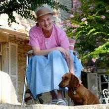 Sommerliche Urlaubsgrüße versendet das dänische Königshaus auf ihrem Instagram-Account: Königin Margrethe genießt gerade ihre freien Tage im Schloss Cayx, ihrem Weingutin Südfrankreich. Auch im Urlaub zeigt sich die 79-Jährige gewohnt farbenfroh, trägt einen hellblauen Rock mit einem T-Shirt in der Farbe Rosa. Besonderes Augenmerk liegt auch auf diesem Accessoire ...