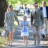 Gut gelaunt macht sich Prinzessin Estelle an der Hand von ihren Eltern Prinzessin Victoria und Prinz Daniel am 21. August 2018auf den Weg zu ihrer Einschulung in die Vorschule der Campus Manilla Grundschule in Djurgaarden, Stockholm.