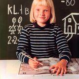 Mit sieben Jahren kommt Prinzessin Mette-Marit 1980 in die Schule und ist sichtlich stolz.