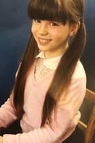 """Kate Beckinsale  Auf Instagram postet Kate Beckinsale von sich ein unschuldig dreinblickendes Schulfoto. Der Text zum Bild ist jedoch einfach nur lustig: """"Meine Zähne hatten schon früh die Größe eines erwachsenen männlichen Bibers, so dass ich diesen Tisch und Stuhl in kürzester Zeit abreißen und zum Bau eines Damms in der Nähe der Chiswick Bridge beitragen konnte, der bis heute funktioniert""""."""