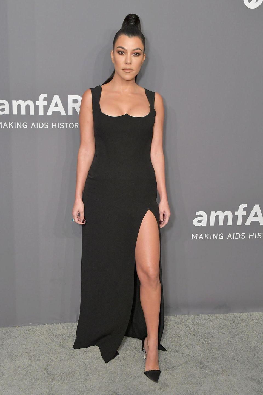 Die Unternehmerin und Dreifach-Mama Kourtney Kardashian ist gerade einmal 1,55 Meter groß. Auf Instagram teilte sie ihren Followern mit, dass sie einige Monate nach der Geburt ihres Sohns Reign, ihr Zielgewicht von 53 Kilogramm erreicht hat.