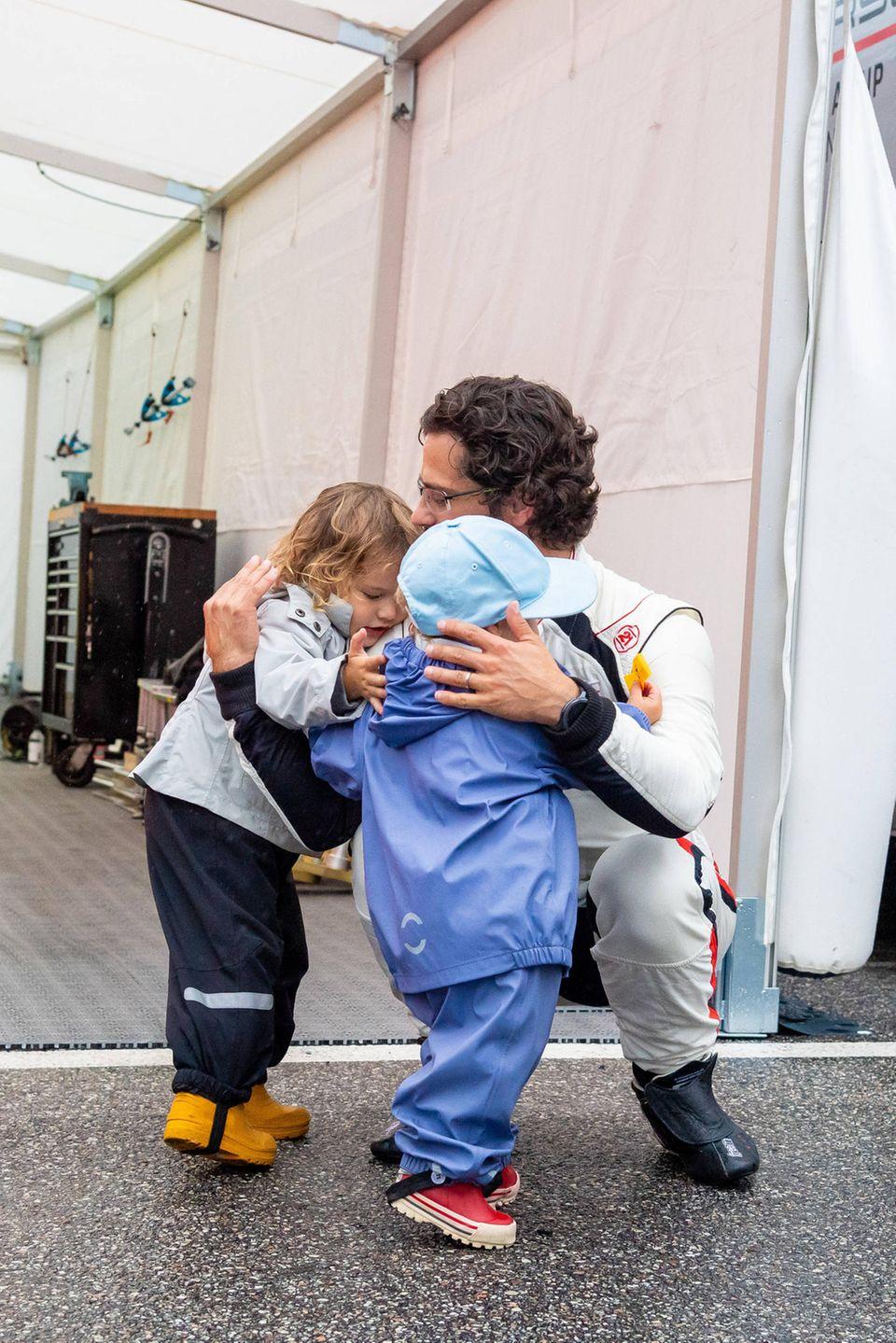 17. August 2019  Nach dem Training schließt Prinz Carl Philip seine Jungs liebevoll in die Arme.