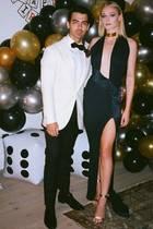 """An dem 30. Geburtstag ihres Ehemannes Joe Jonas glänzt """"Game of Thrones""""-Schauspielerin Sophie Turner in einer eleganten Robe mit XXL-Dekolleté vonAlexandre Vauthier. Dass Sophie Turner ein großer Fan von Taylor Swift ist, hat sie im Mai dieses Jahres während der """"The Graham Norton Show"""" offenbart. Auch in Sachen Style scheint sich Sophie gerne von der hübschen """"Shake it Off""""-Sängerin inspirieren zu lassen ..."""
