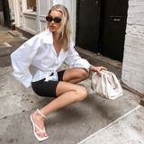 """Das """"Victoria's Secret""""-Model Elsa Hosk kombiniert ihre weißen Bottega Veneta Sandalen mit eckiger Sohle zu Radlershorts und Oversized-Bluse. Kostenpunkt für die ausgefallenen Schuhe: 1.140 Euro."""