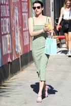 """Schauspielerin Emma Roberts trägt sie: Die sogenannte """"Square-Toe Shoes"""", also Schuhe mit eckiger Sohle. Die It-Sandalen feiern gerade bei Schauspielern und It-Girls das Comeback des Jahres. Ob Bottega Veneta, oder By Far – es gibt kaum ein Label, bei dem wir diese Schuhform jetzt nicht shoppen können. Wie man sie am besten trägt, zeigen uns nachfolgende Fashion-Ikonen ...."""