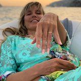 Erneut streckt Heidi ihren Ehering als Liebesbeweis für Tom in die Kamera.