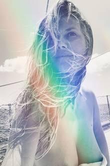 """Auf Instagram postet die frisch verheiratete Heidi Klum ein Foto von sich mit den Worten: """"Alles was ich sehe ist Wasser"""". Das stimmt so jedoch nicht ganz, liebe Heidi. Denn was wir auch sehen, ist nicht gerade jugendfrei. Der knapp bemessene Zuschnitt des Bildes legt einen Blick auf ihre Brustwarzen frei – ob das geplant war?"""