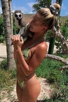 Hailey Bieber macht Bekanntschaft mit diesem zutraulichen Lemuren.