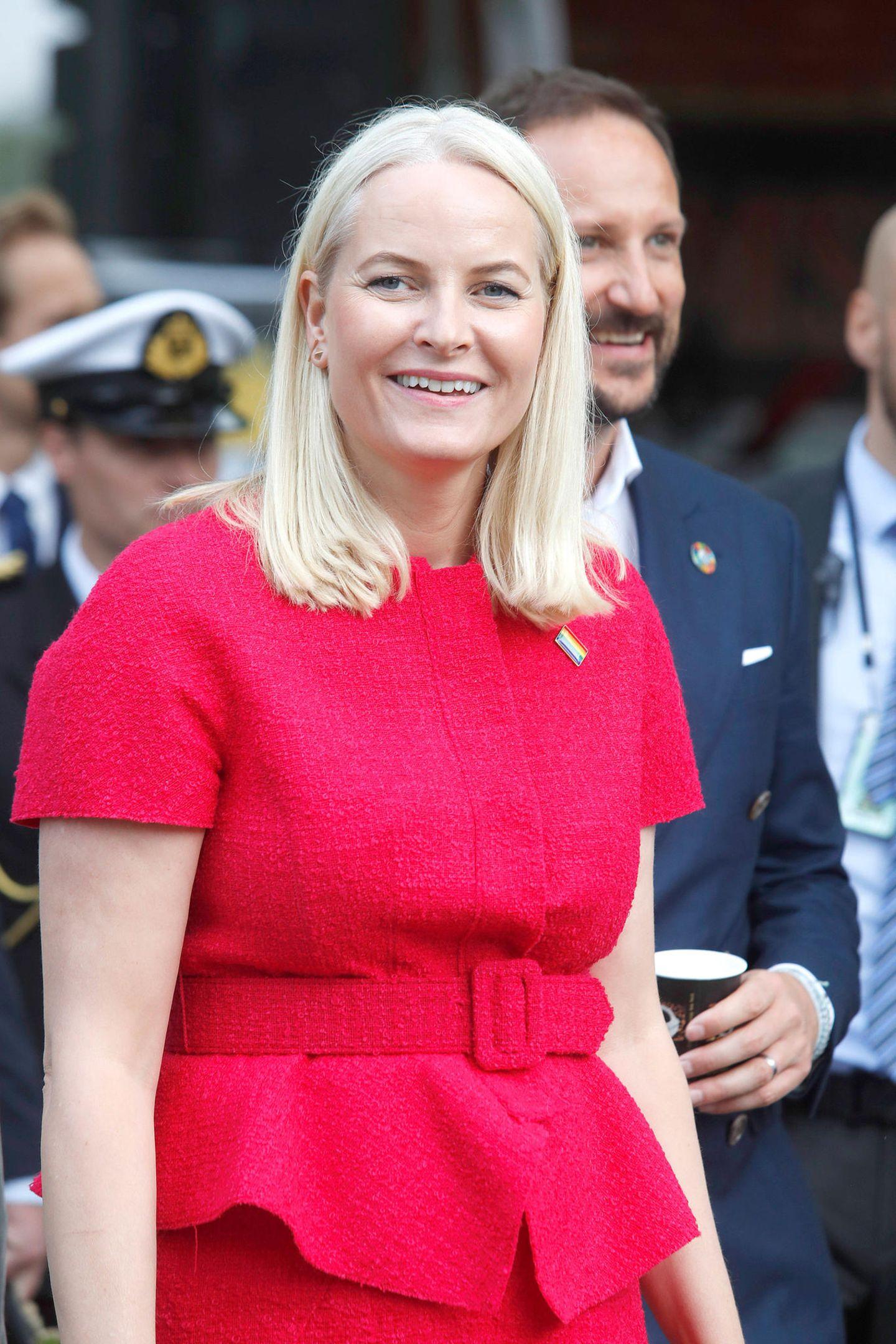 19. August 2019  Gratulerer, Mette-Marit! Die norwegische Kronprinzessin feiert heute ihren 46. Geburtstag, und das Könighaus gratuliert auf Instagram mit einem fröhlichen Sommerbild auf der Oslo Pride im Juni. Das tun wir hiermit auch:Herzlichen Glückwunsch!