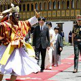 Am nächsten Tag trifft das Prinzenpaarmit seinemSohn im buddhistischen KlosterTashichho Dzong ein, um sich mitBhutans König Jigme Khesar Namgyel Wangchuck zu treffen.