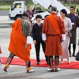 Bei ihrer Ankunft werden die beiden feierlich von Mitgliedern des bhutanischen Königshauses begrüßt.