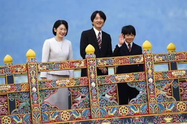 Die Familie genießt ihren Besuch sichtlich. UndPrinz Hisahito, dersonst von seinen Eltern weitgehend aus der Öffentlichkeit gehalten wird, meistert seinen öffentlichen Auftritt auf bezaubernde Weise.