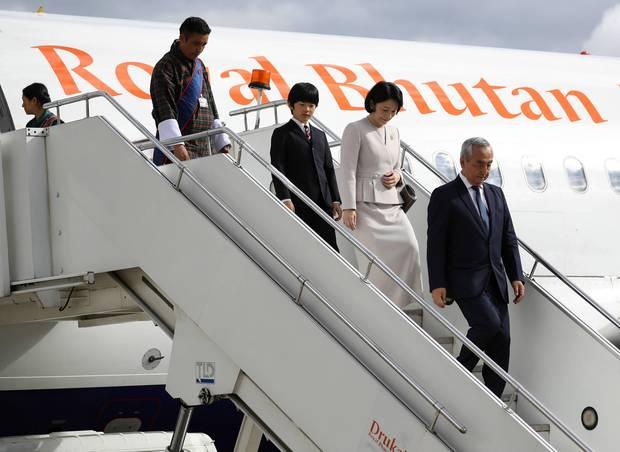 Am 17. August trifft die Kronprinzenfamilie zum Auftakt ihrer 10-tägigen Reise am Flughafen Paroin Bhutan ein. Prinz Hisahito verlässt zusammen mit seiner Mutter Kiko das Flugzeug.