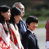 Zur Zeit hat der kleine Prinz Hisahito Schulferien und begleitet seine Eltern bei seiner ersten offiziellen Auslandsreise. Als einziger Sohn von Prinz Akishino wird der 12-jährige eines Tages den kaiserlichen Thron besteigen.