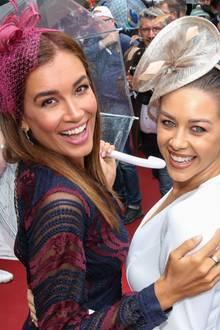 18. August 2019  Beste Laune trotz Regenwetter: Jana Ina Zarrella und Oana Nechiti lassen sich ihre Stimmung nicht vermiesen und genießen ihre Zeit beim Audi Ascot Renntag in Hannover.