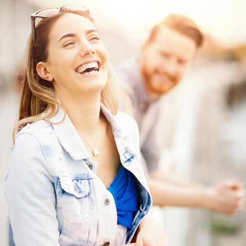 Paar, lachend: Welche Sternzeichen passen zusammen?