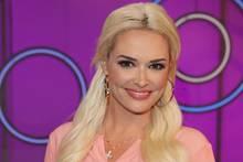 Promi-News_ Daniela Katzenberger vor lila Hintergrund