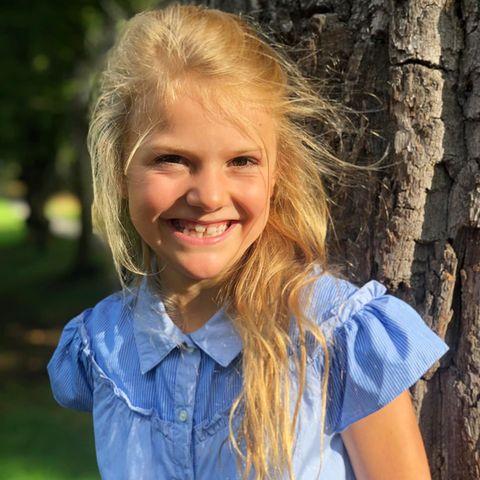 Für ihren ersten Schultag macht sich Prinzessin Estelle von Schweden besonders hübsch und trägt ein blaues Kleid mit verspielten Rüschen und einer eleganten Knopfleiste. Das kurzärmelige Designerdress ist eine Kreation des französischen Labels Bonpoint und kostet rund 235 Euro. Mit Sommerbräune, wilden Haarenund guter Laune startet der siebenjährige Sonnenscheinin der ersten Klasseund sieht schon aus, wie ein großes Schulkind!