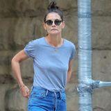 Katie Holmes kombiniert zur lässigen Blue-Jeans ein schlichtes, graues T-Shirt und helle Sneaker des Labels Veja. Auch Herzogin Meghan besetzt Sneaker dieses Labels.