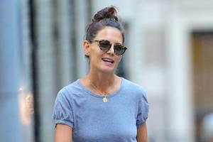 Ihr Haar trägt Katie zu einem Dutt hochgesteckt, ihre Augenpartie versteckt sie hinter einer Sonnenbrille. So ganz spurlos scheint die Trennung nach sechs Jahren nicht an ihr vorbeizugehen.
