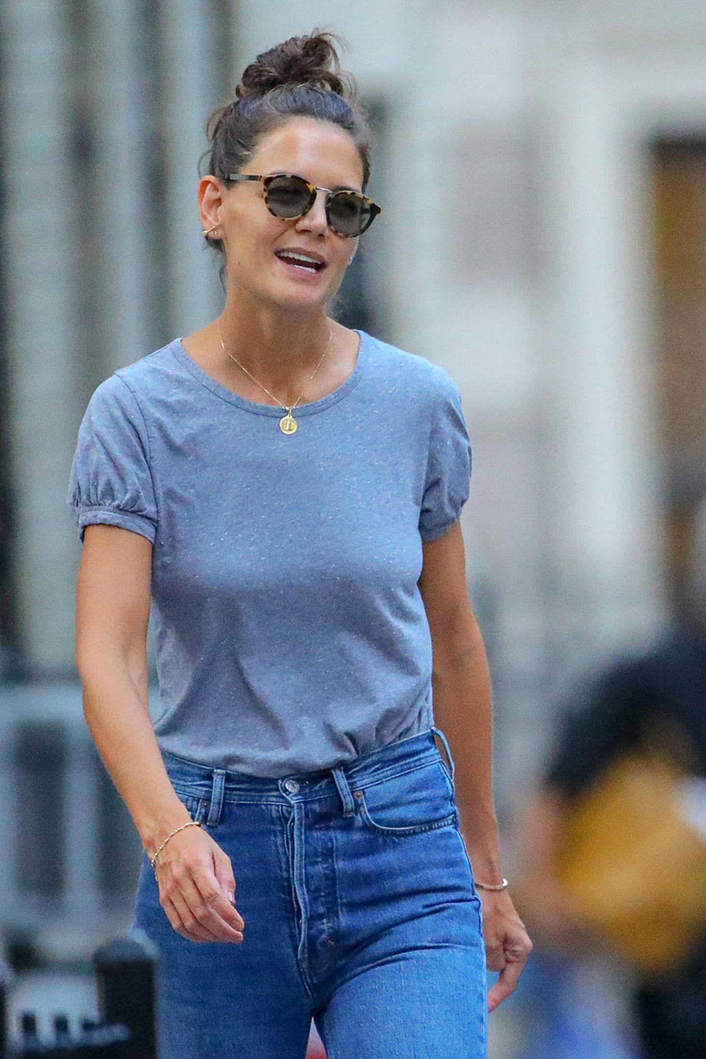 Zwei, die zusammen halten: Nach ihrer Trennung von Jamie Foxx zeigt sich Schauspielerin Katie Holmes erstmals wieder in der Öffentlichkeit. Gemeinsam mit ihrer Tochter, Suri Cruise, spaziert Katie durch New York. In Sachen Styling geht es die frisch getrennte Schauspielerin entspannt an ...