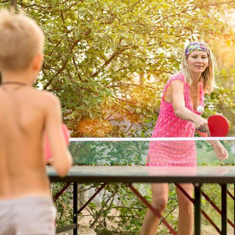 Tischtennis, Spiele für draußen, Outdoorspiele, Mutter und Sohn