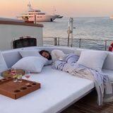 Während Heidi schon die ersten Sonnenstrahlen einfängt, schlummert Tom Kaulitz an Deck noch selig.