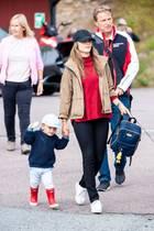"""Beim """"Scandinavian Porsche Carrera Cup"""" zeigt sich Prinzessin Sofia von einer Seite, die wir bisher noch gar nicht von ihr kannten. Statt Kleid und Krönchen trägt sie einen coolen Look samt Cap von """"Berkeley Company"""". Außerdem ist sie in ihre liebsten Sneaker von Superga geschlüpft und hat mit einem roten Rolli für Farbe gesorgt."""