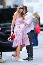 Lara Trump zeigt sich kurz vor der Geburt ihrer Tochter in einem hübschen Sommerkleidchen in New York. Die spitzen Louboutins mit dünnem Absatzhat sie gegen bequeme Gucci-Loafers getauscht - kein Wunder,Eric Trump, derzweitältesten Sohn von Donald Trump, gibt wenige Tage später via Twitter bekannt, dass Töchterchen Carolina Dorothy das Licht der Welt erblickt hat.