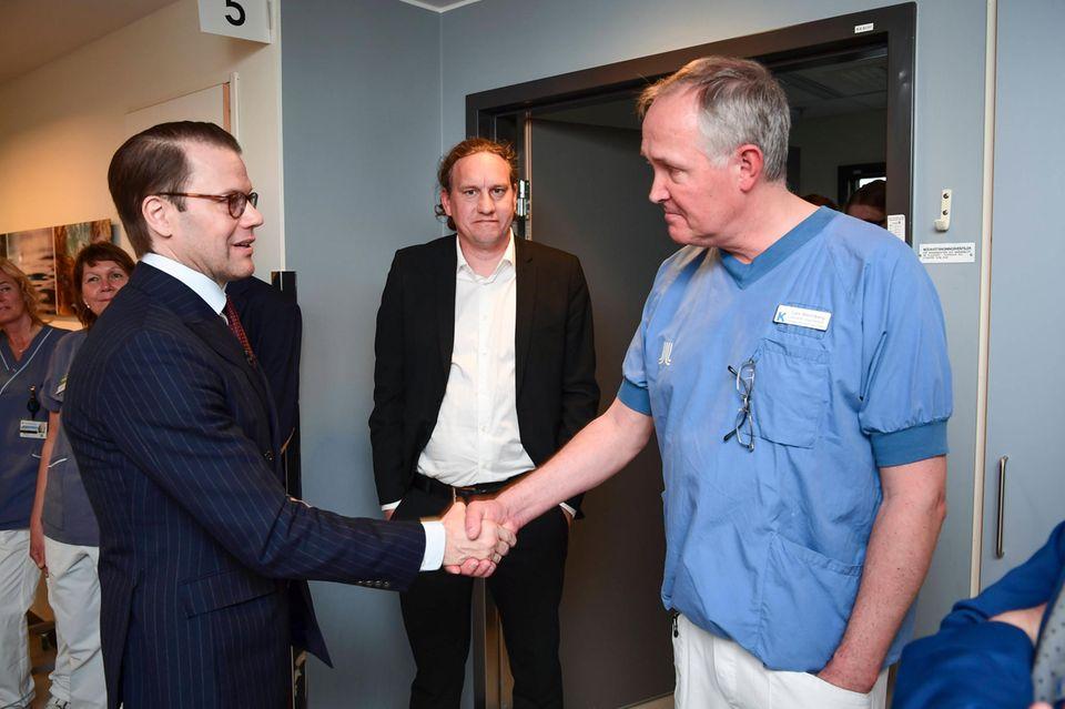 Prinz Daniel trifft imKarolinska Sjukhuset Krankenhaus auf die Ärzte, die ihn operierten