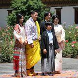 Nach einer zeremoniellen Prozession wird die Familie des Kronprinzen von KönigJigme Singye Wangchuckund seiner Frau, Königin Jetsun Pema, empfangen.