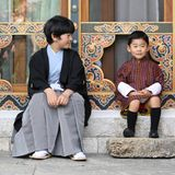 Bei der Audienz im Goldenen Thronsaal schließt Prinz Hisahito Bekanntschaft mit dem bhutanischen Königskind, dem dreijährigen DrachenprinzenJigme Namgyel.