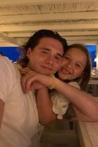 20. August 2019  Brüder sind doch das Beste auf der ganzen Welt! Das findet auch die kleine Harper Seven, die ihren Brooklyn gaaaaanz fest knuddelt. Mama Victoria Beckham hält den kuscheligen Moment zwischen Bruder und Schwester natürlich fotografisch fest.