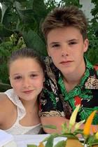 20. August 2019  Töchterchen Harper Seven verbringt eine tolle Zeit mit ihren großen Brüdern in Italien. Victoria Beckham postet dieses zuckersüße Urlaubsfoto von Harper zusammen mit Bruder Cruz.