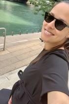 Stolz betont Ana Ivanovic ihren wachsenden Babybauch mit einer Schleife über der Taille. Ein cleveres Accessoire, mit dem die 31-Jährige ihr weites Kleidschnell zu einem It-Piece für werdende Mamis umfunktioniert. Das perfekte Outfit für einen Spaziergang durch Chicago.