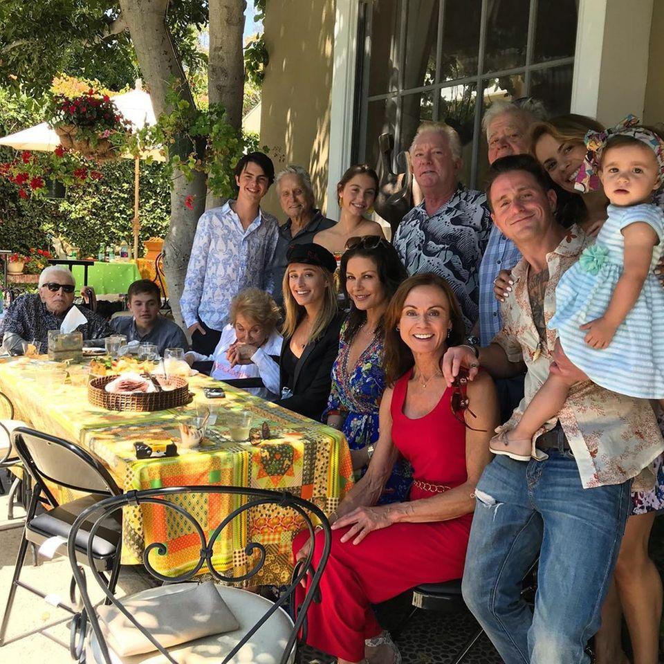 19. August 2019  Hier kommen vier Douglas-Generationen auf einem Bild zusammen. Cameron Douglas hält das schöne Familientreffen unter anderem mit Kirk Douglas und Michael Douglas für Instagram fest.