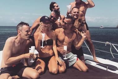 """20. August 2019  Henne im Korb: Janin Ullmann lässt es sich mit """"ihren Boys"""" auf Ibiza gut gehen. Darunter sind auch die DesignerJohnny Talbot und Adrian Runhof."""