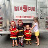 """18. August 2019  Die vier von der Feuerwehr: Die Kinder von Hilaria und Alec Baldwin, Leonardo, Rafael, Romeo und Carmen, freuen sich über den Besuch des """"Amagansett Fire Department"""" in New York. Die stolze Mama hält den Ausflug bei Instagram fest."""