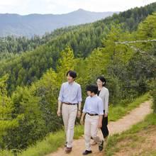Ganz der Papa! Prinz Hisahito mit Prinz Akishinoim abgestimmten Outfitund Prinzessin Kiko machen einen Spaziergang durch die Natur Bhutans.