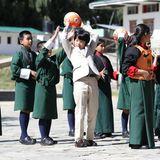 An Tag 4 der Reise besucht die japanische Kronprinzenfamilie eine öffentliche Schule inThimphu, der Hauptstadt Bhutans. Prinz Hisahito nutzt die Gelegenheit um mit den anderen Kindern Ball zu spielen.