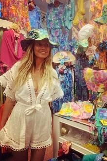 Nach ihrer Traumhochzeit mit Sänger Tom Kaulitz genießt Model Heidi Klum die Flitterwochen in vollen Zügen. Neben ganz viel Entspannung steht auch Shopping auf dem Programm. Beim Ausflug nach Positano trägt Heidi einen super knappen Jumpsuit - Weiß scheint weiterhin ihre absolute Lieblingsfarbe zu sein. DenkunterbuntenHut, den Heidi auf diesem Foto anprobiert, hat sie aber hoffentlich nicht geshoppt.