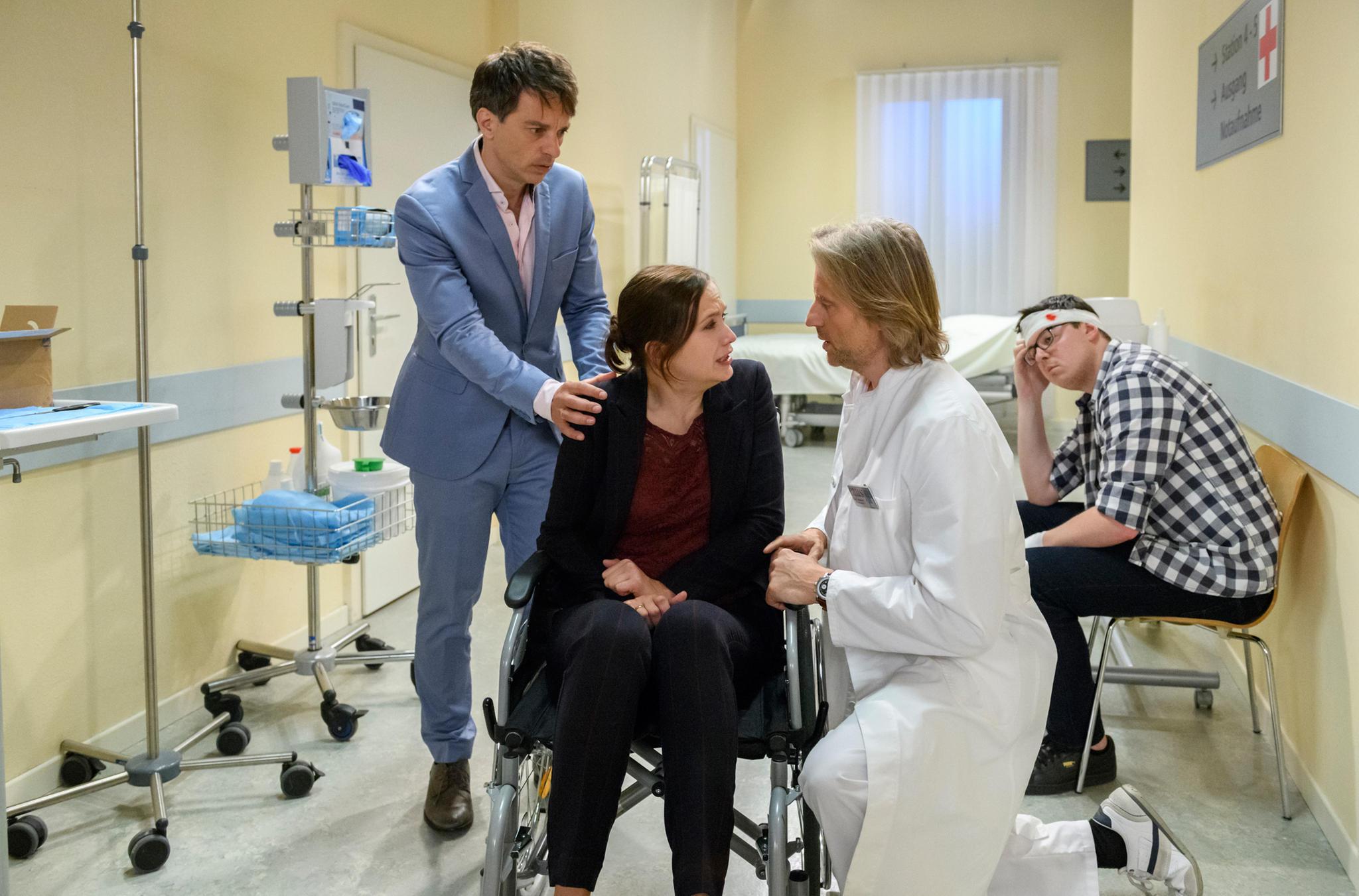 """""""Sturm der Liebe"""": Robert bringt Eva ins Krankenhaus zu Dr. Niederbühl."""