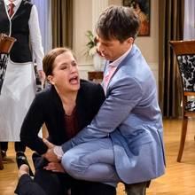 """""""Sturm der Liebe"""": Eva bricht vor Schmerzen vor Roberts Augen zusammen."""