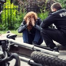 Frau nach einem Motorradunfall