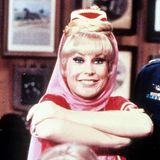 """Diese Pose der """"Bezaubernden Jeannie"""" bleibt unvergessen: Barbara Eden spielt von 1965-1970 den sympathischen Flaschengeist """"Jeannie"""" und erreicht damit Kultstatus."""